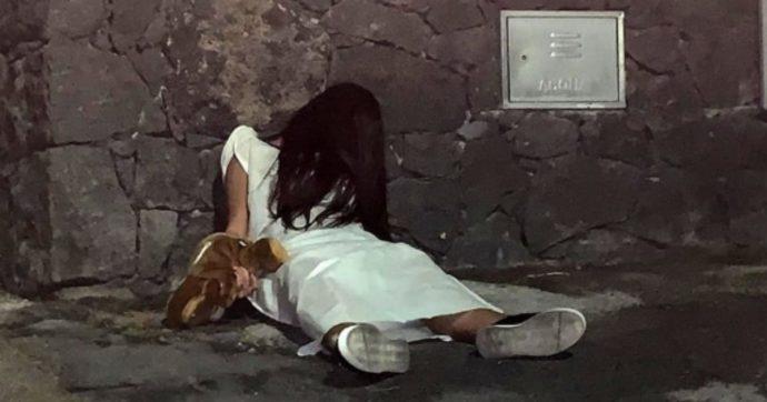 """""""Samara challenge"""", decine di avvistamenti in tutta Italia della bambina dell'horror: a Foggia in centinaia nella notte davanti al cimitero"""