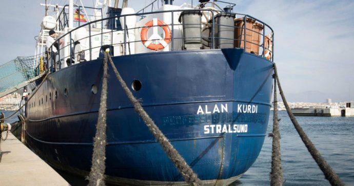 """Migranti, """"bloccata la missione di salvataggio della Mare Jonio"""". La Alan Kurdi approda a Olbia. A Lampedusa svuotato l'hotspot"""