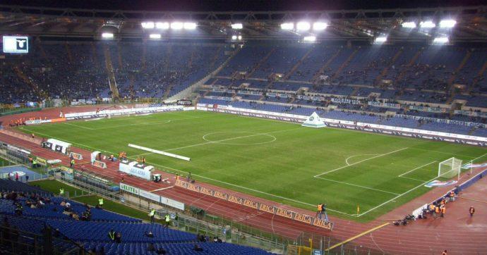 Lazio-Roma, massima allerta per il derby: un migliaio di tifosi laziali a Ponte Milvio, fumogeni e cori contro i romanisti