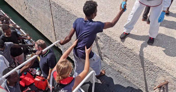 """Migranti, indagati capitano e capo missione della nave Eleonore: """"Favoreggiamento dell'immigrazione clandestina"""""""