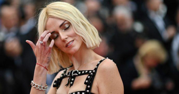 """Chiara Ferragni passeggia con Fedez ma il vestito che indossa non piace ai follower: """"Da dietro sembrano Tonino l'uccellaro e Luisa la carciofara"""""""