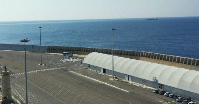 """Civitavecchia, quasi 900 passeggeri bloccati su un traghetto in porto: """"Si è rotto il portellone"""". Sbarco completato dopo più di 8 ore"""