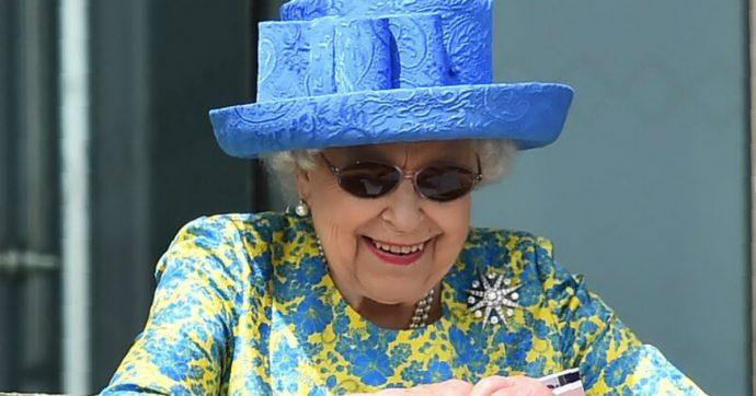 La Regina Elisabetta costretta a cancellare all'ultimo gli impegni per motivi di salute: il Regno Unito preoccupato