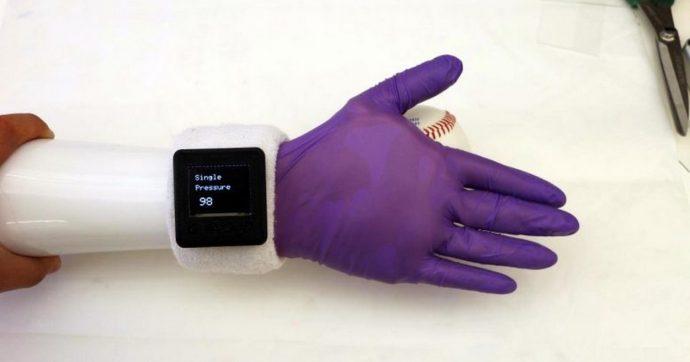 Guanto elettronico a basso costo offre ai portatori di protesi sensazioni simili a quelle umane