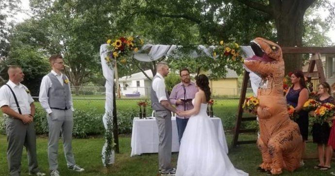 """Testimone di nozze si presenta vestita da T-Rex: """"Non mi pento di nulla"""""""
