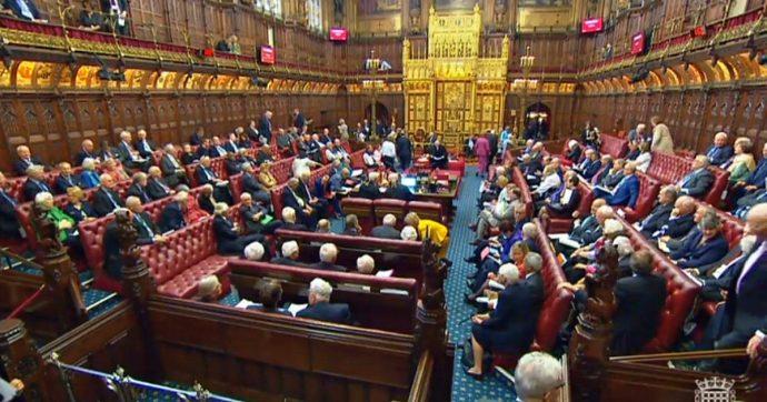 Brexit, Camera dei Lord approva legge contro l'uscita senza accordo: manca solo la firma della regina