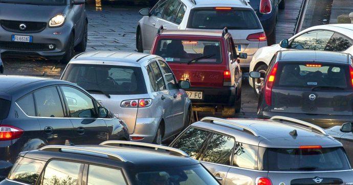 """Gas serra, Greenpeace: """"Auto responsabili del 9% delle emissioni globali. Volkswagen inquina più dell'Australia, Fca più della Spagna"""""""