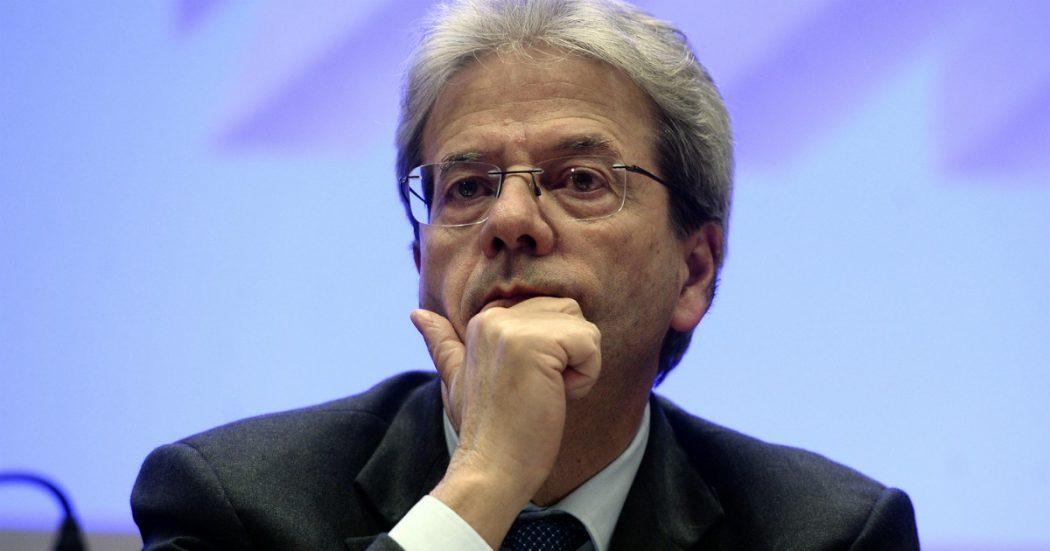 """""""Soldi pubblici ad Alitalia senza valutare se poteva restituirli"""". La Ue stronca il prestito del """"suo"""" Gentiloni (mentre riparte la battaglia sul debito)"""