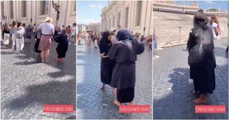 Roma, le mendicanti gobbe litigano per la piazza. Prima le parole, poi il bastone e la schiena si raddrizza