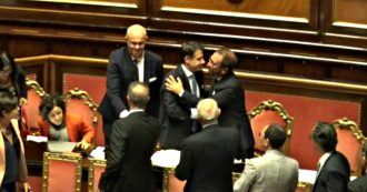 Governo, sì alla fiducia in Senato: Conte applaude e abbraccia Bonafede
