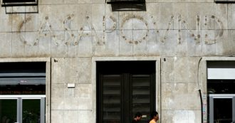 """Casapound Roma, il caso dello sgombero: """"Ordine inviato"""". Raggi e Castelli: """"Ristabilita legalità"""". Ma Questura e Digos smentiscono"""