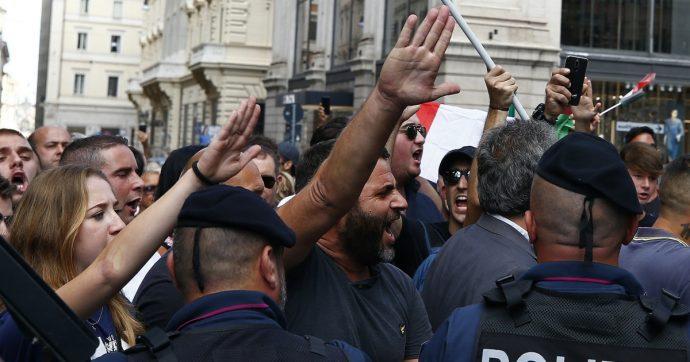 Saluti romani in piazza, ovvero quell'eterno fascismo che ci sembra sempre più normale