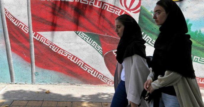 Iran, protesta contro il divieto per le donne di entrare negli stadi: tifosa muore dopo essersi data fuoco