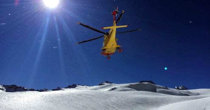 Sondrio, tempesta di neve blocca tredici escursionisti a oltre 2 mila metri: tra loro anche bambini. Recuperati in elicottero