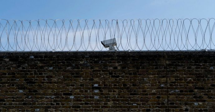 """San Gimignano, un agente indagato disse di un detenuto picchiato: """"Bisognerebbe dargli fuoco con la benzina"""""""