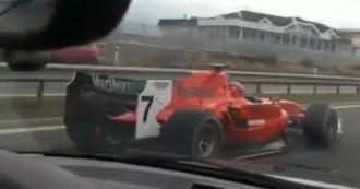 Follia in autostrada, con l'auto Formula 1 in mezzo al traffico. La polizia cerca il pilota