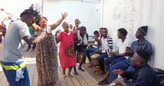 Migranti, Ocean Viking a Lampedusa. L'esplosione di gioia a bordo della nave