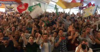 """Pontida, i cori dei giovani leghisti al comizio di Salvini: """"Libertà"""", """"Elezioni"""" e """"Di Maio torna al San Paolo"""""""