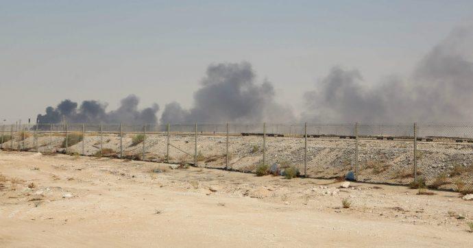 """Arabia Saudita, produzione di petrolio dimezzata dopo attacchi con droni. Gli Usa accusano l'Iran che ribatte: """"Pronti a guerra"""""""
