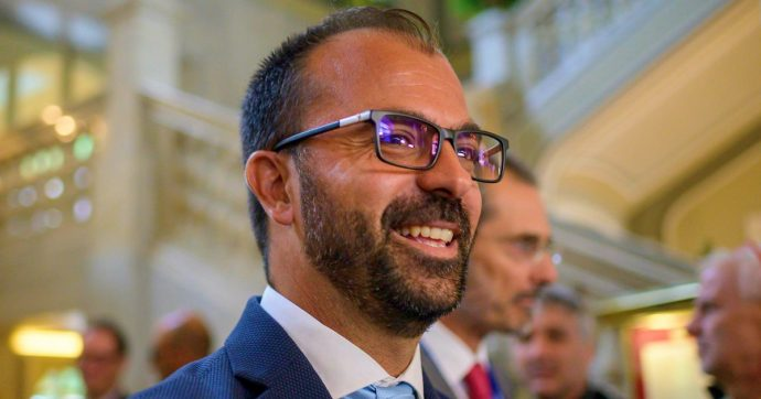 """Istruzione, ministro Fioramonti: """"Cento euro in più al mese ai docenti. I dirigenti scolastici non dovranno timbrare il cartellino"""""""
