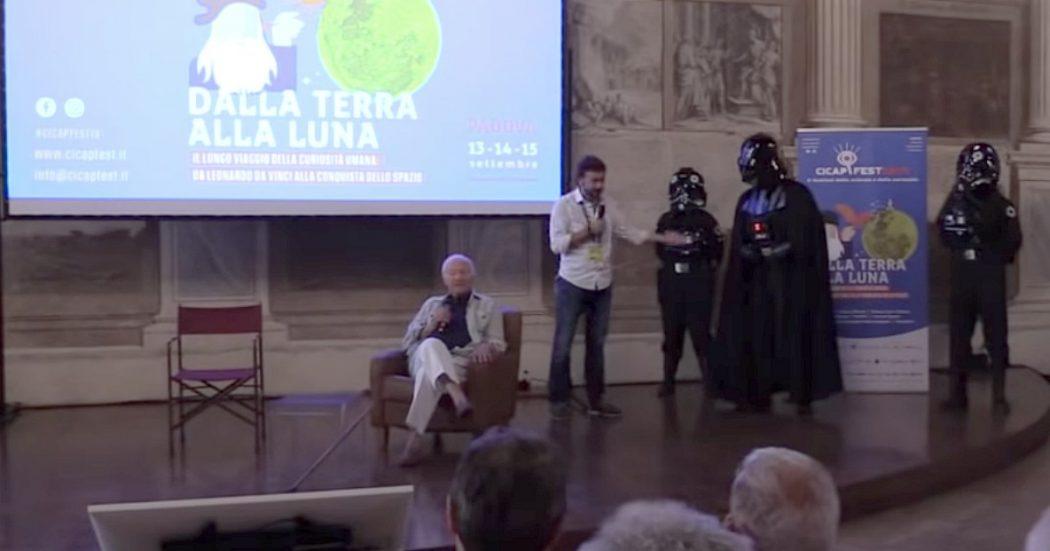 """Padova, fuori programma alla festa del Cicap: """"Siamo stati invasi"""". E Piero Angela entra scortato dai soldati dell'impero"""
