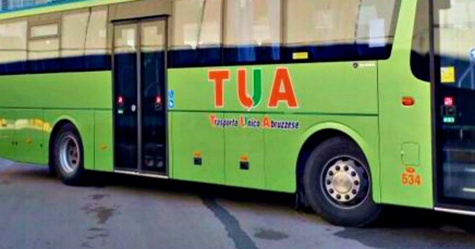 Pescara, autobus va fuori strada e finisce contro un albero: 30 feriti
