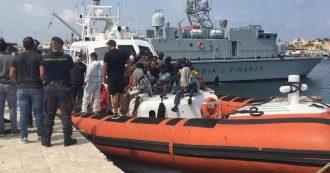 """Lampedusa, sbarcano 102 migranti. Sindacato polizia Sap: """"Il sistema è in tilt. Arrivati in 570 solo a settembre"""""""