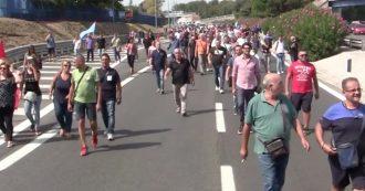 Napoli, gli operai Whirlpool in corteo dopo l'assemblea bloccano l'autostrada A3