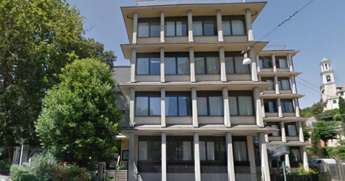 """Genova, cade finestra in classe e colpisce quattro studenti, feriti in modo lieve. La preside: """"Servono più soldi per la sicurezza"""""""