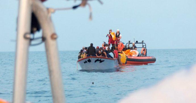 Migranti, in 27 sbarcano nella notte a Lampedusa: anche 8 bambini. E la Ocean Viking ne soccorre altri 36: a bordo sono 218