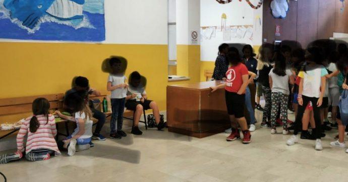 """Milano, bambini con il pasto da casa costretti a consumarlo sulle panchine dell'atrio della scuola. I genitori: """"Grave, pronti a un esposto"""""""