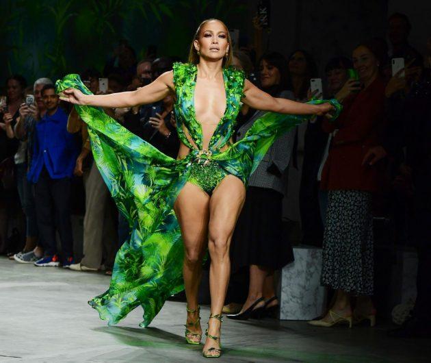 Jennifer Lopez a sorpresa sfila sulla passerella di Versace