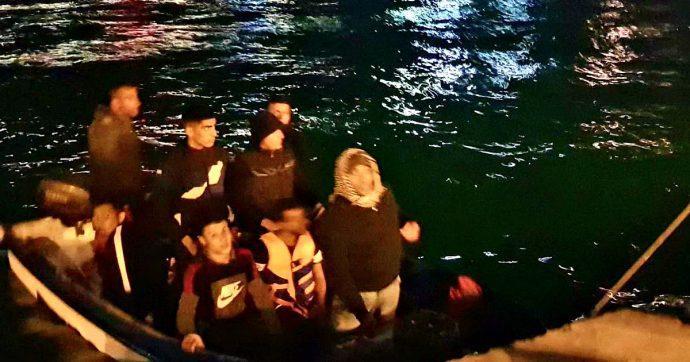 Migranti, la guardia costiera tunisina ferma 5 barchini con 75 a bordo partiti verso l'Italia