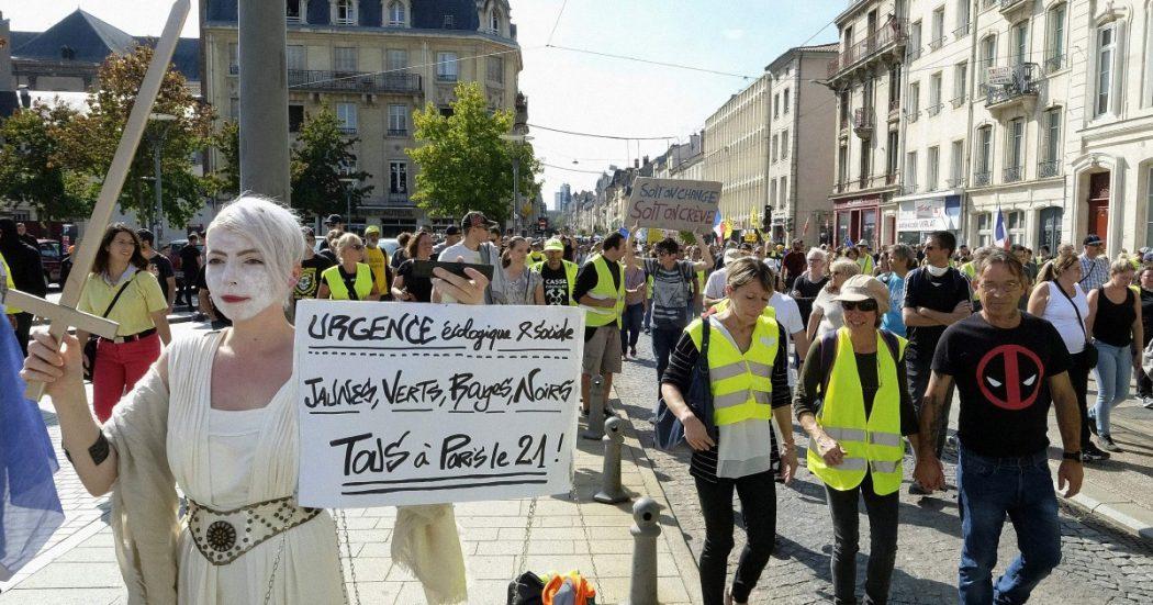 """I Gilet gialli diventano verdi e marciano per il clima. Macron: """"Sono stati un bene"""""""
