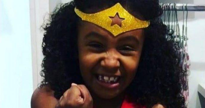"""Brasile, bambina di 8 anni muore """"colpita da un proiettile sparato dalla polizia"""": proteste a Rio de Janeiro e sui social"""
