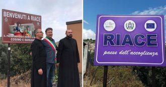 """Riace, la nuova giunta cancella l'era Lucano: via il cartello """"Paese dell'accoglienza"""", ecco il comune dei """"santi Cosimo e Damiano"""""""