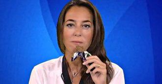 """La7, Ronzulli addenta uno snack al cioccolato in diretta tv: """"Mangio merendine perché a furia di tassarle non le faranno più"""""""