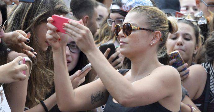 """Emma Marrone insultata sui social: """"Combatte la malattia? Così non avrà tempo di offendere Salvini"""". E Gabriele Muccino la difende: """"Uomini col cuore pieno di vermi"""""""
