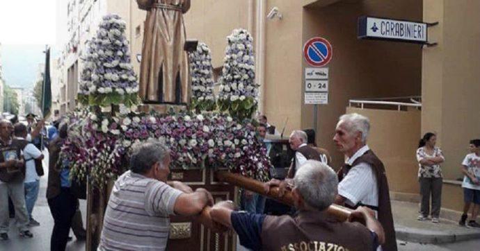 Palermo, allo Zen la processione si inchina davanti alla stazione dei carabinieri