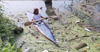 """Torino, sul Po i volontari che ripuliscono il fiume dai rifiuti: """"Cambiare la situazione a partire da quello che accade intorno a noi"""""""