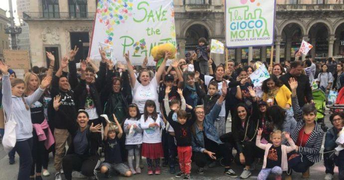 """Sciopero per il clima a Milano, per i bimbi dei nidi è una festa inconsapevole. I genitori: """"Sull'ambiente dobbiamo invertire la rotta"""""""
