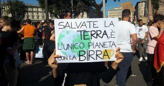 """Sciopero per il clima, """"Daje Greta salviamo sto pianeta"""" – Gli striscioni più creativi fatti dai ragazzi al corteo di Roma (Fotogallery)"""