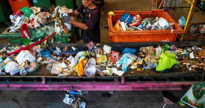 """Plastica, Greenpeace: """"La biodegradabile e la compostabile non risolvono l'emergenza. Ecco tutte le 'false' soluzioni delle multinazionali"""""""