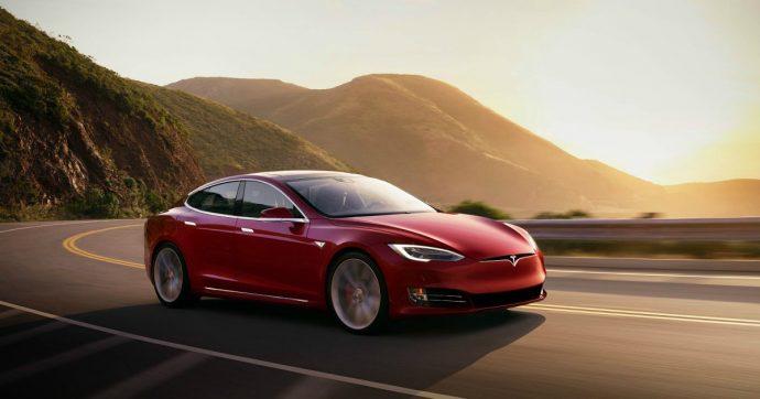 """Tesla, aggiornato il software. Ci sono anche il karaoke e la funzione """"chauffeur"""""""