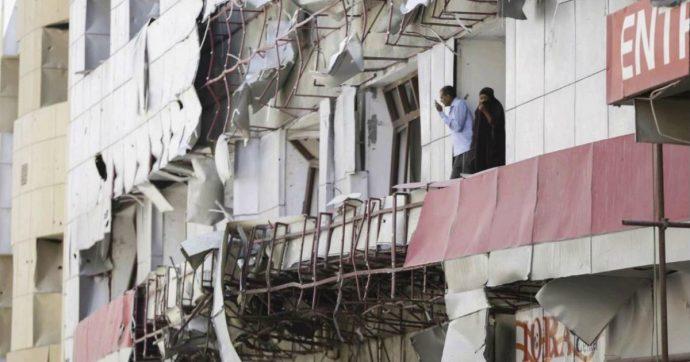 """Somalia, media: """"Ordigno esplode al passaggio di un convoglio italiano a Mogadiscio"""". Al-Shabaab attacca base militare americana"""