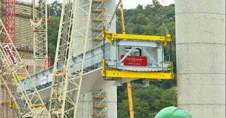 """Genova, sollevata la prima campata del nuovo viadotto. Renzo Piano agli operai: """"Lavorate sempre in sicurezza"""""""