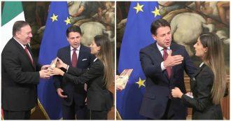 """Dazi, la Iena consegna il parmigiano a Pompeo. La reazione di Conte: """"Così non si difende il made in Italy, mi lasci fare il mio lavoro"""""""