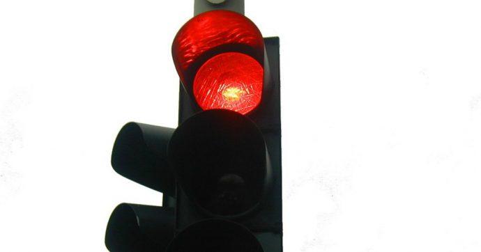 Genova, donna attraversa la strada con semaforo rosso: un motociclista la colpisce e muore. È accusata di omicidio stradale