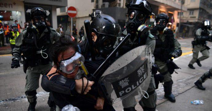 Hong Kong, gravi ma stabili le condizioni dello studente ferito dalla polizia. In centinaia al sit-in di protesta davanti alla sua scuola