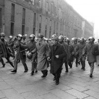 Carica della polizia contro un corteo di sinistra in piazza del Duomo, Milano 1976